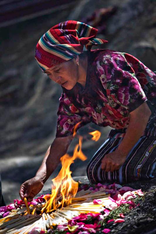Indígena Maya en un momento íntimo de veneración a los muertos<br> www.diegolezama.com <br> Contacto: 995908619