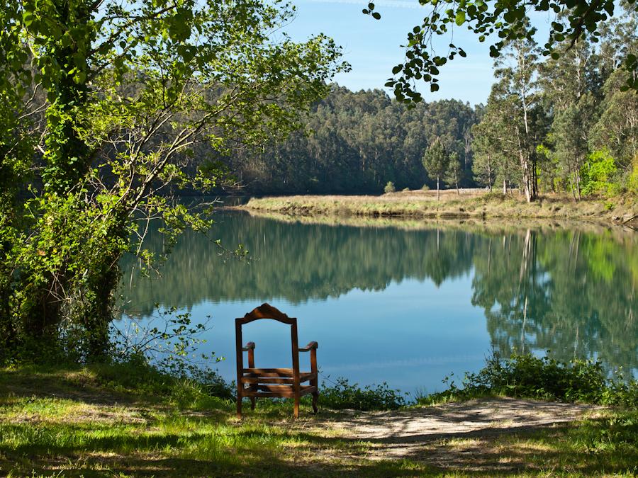 """De la serie:  """"Paisaxes dunha cadeira espida"""" (Paisajes de una silla desnuda) <br> Título: """"Paisaxe dunha cadeira espida no Río Eume"""" (Paisaje de una silla desnuda en el río Eume). <br> www.xanxenfotos.blogspot.com.es/2011/12/paisaxes-dunha-cadeira-espida.html <br> www.facebook.com/xanxe.corralpaz/photos_albums"""