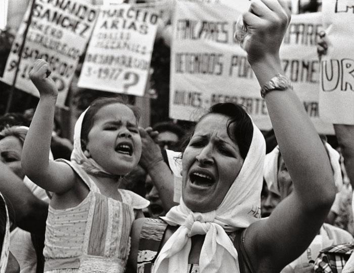 madre-e-hija-de-plaza-de-mayo-1982-lestido-revista-ojosrojos